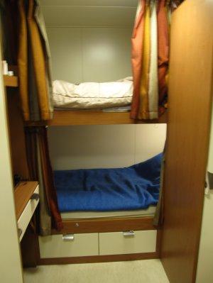 Двухярусная кровать в каюте работника круизного лайнера